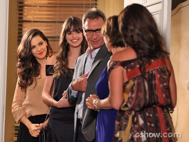 Marina aparece de surpresa no jantar de Ricardo e Chica para susto de Clara (Foto: Carol Caminha/ TV Globo)