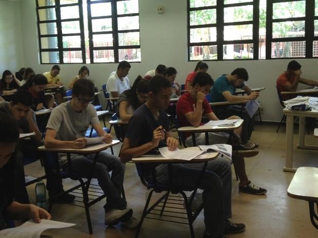Candidatos fazem 1ª fase do vestibular da UFG, em Goiânia, Goiás (Foto: Gabriela Lima/G1)