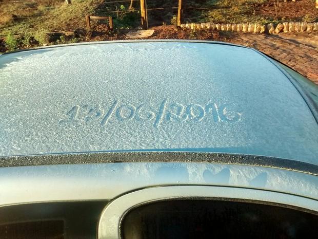 Em Paraíso do Norte, no noroeste do estado, carros amanheceram cobertos de gelo (Foto: Simone Tadim/ arquivo pessoal)