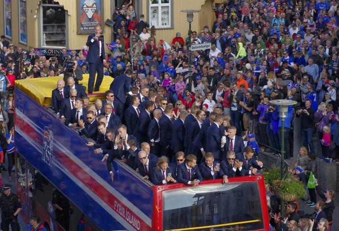 Seleção da Islândia é recebida com festa em Reikiavik (Foto: Reuters)
