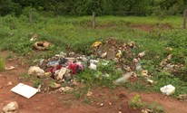 Lixo jogado em estradas rurais revolta agricultores (Pâmela Fernandes/G1)