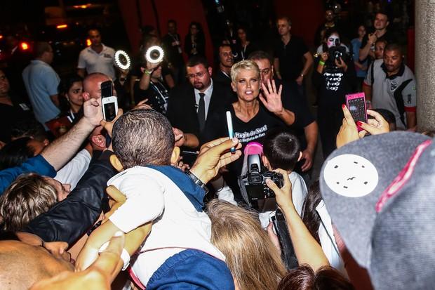 Xuxa causa tumulto entre os fãs ao deixar show (Foto: Manuela Scarpa/Photo Rio News)