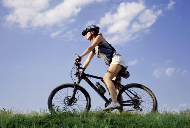 Além das pernas, braços e costas são beneficiados na pedalada (Foto: Think Stock)