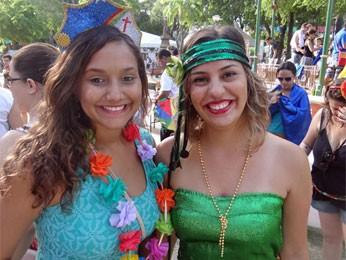 Fernanda Macedo e Andressa Alves curtiram a festa na Praça do Carmo (Foto: Katherine Coutinho/G1)
