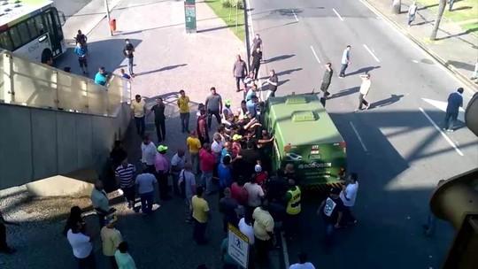 VÍDEO: taxistas cercam seguranças de carro-forte no Rio; PM intervém