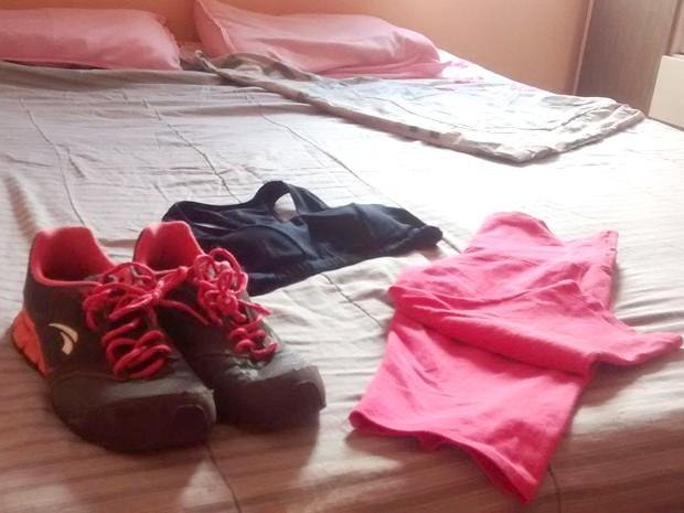 Roupas ao pé da cama podem influenciar no hábito de se exercitar (Foto: Camila Marques)