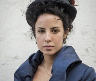 Andreia Horta posa caracterizada de Joaquina (João Cotta/TV Globo)