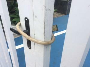 Agência noa bairro da Graça está trancada com cadeado  (Foto: Natally Accioli/G1)