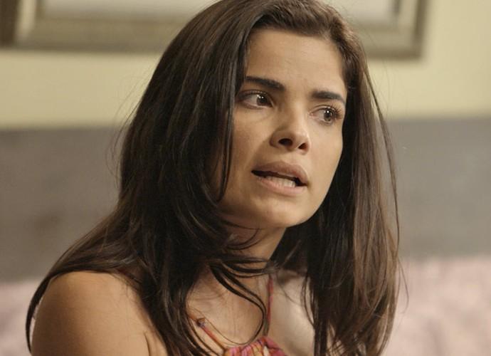 Tóia não entende por que a facção quer matá-la (Foto: TV Globo)