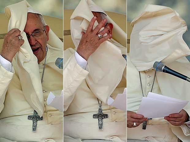 Uma rajada de vento traiu o Papa Francisco nesta quarta-feira (27), na Praça São Pedro, no Vaticano. Sua veste acabou cobrindo seu rosto durante cerimônia. (Foto: Gregorio Borgia / AP Photo)