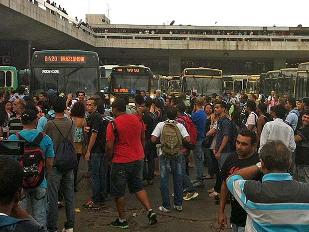 Passageiros impedem saída de ônibus da rodoviária do Plano Piloto em protesto por melhorias no tramsporte público para Brazlândia (Foto: Paulo Pimenta/G1)