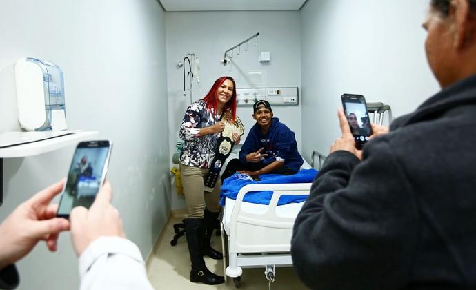 Cris Cyborg hospital em Curitiba (Foto: Heuler Andrey/Divulgação UFC)