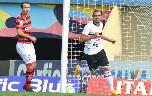 Léo Gamalho comemora gol do Santa Cruz contra o Atlético-Go (Foto: André Costa / Agência estado)