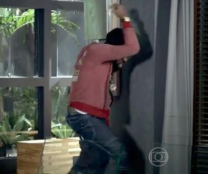 Vale até interagir com a parede! (Foto: Geração Brasil / TV Globo)