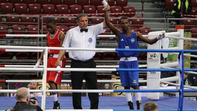 Carlos Rafael venceu adversário na Bulgária e está nas oitavas (Foto: CBBOXE)