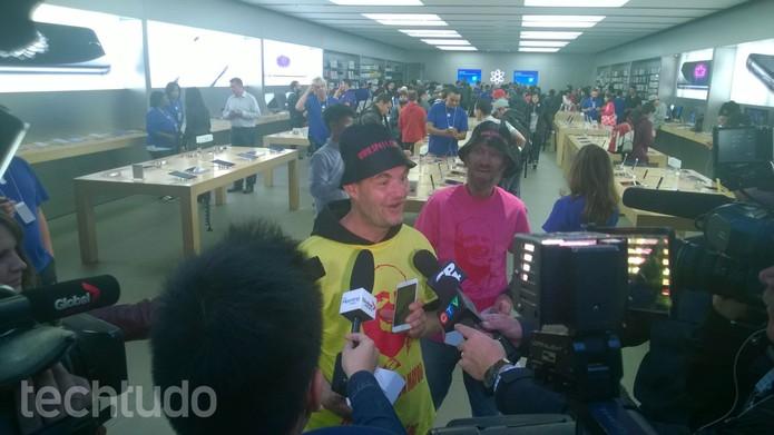 Frank Crankon já conseguiu comprar o iPhone 6 Plus na loja em Toronto, no Canadá (Foto: Elson de Souza/TechTudo)
