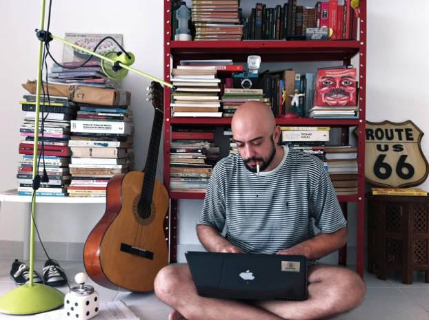 O escritor e jornalista Caco Ishak está lançando o seu segundo livro (Foto: Beatriz Morbach/Divulgação)