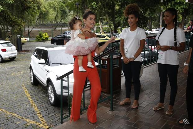 Aniversário de 1 ano de Maria Flor, filha de Deborah Secco e Hugo (Foto: Wallace Barbosa/AgNews)