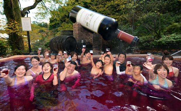 Spa celebra a chegada de uma nova safra do vinho Beaujolais Nouveau (Foto: Toshifumi Kitamura/AFP)