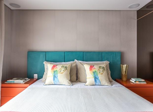 quarto-cabeceira-azul-criado-mudo-laranja-colorido (Foto: Eduardo Macarios/Divulgação)