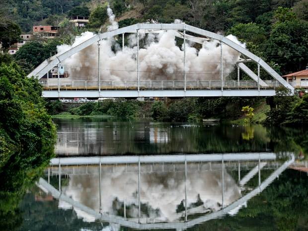 Ponte explode em cena (Foto: Alto Astral/ TV Globo)