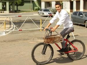 Joaquim vai pra todos os lugares com sua bicicleta em Goiânia, Goiás (Foto: Adriano Zago/ G1)