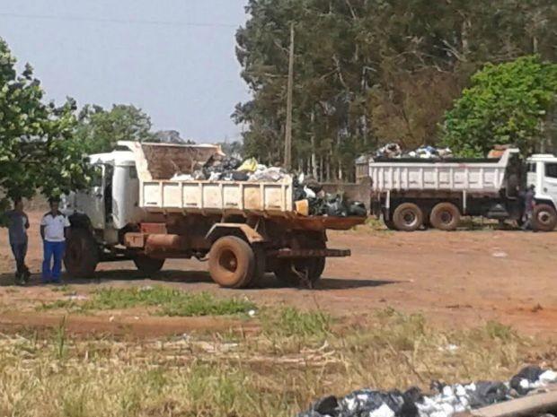 Caminhões caçamba em frente ao lixão de Campo Grande (Foto: Osvaldo Nóbrega/ TV Morena)