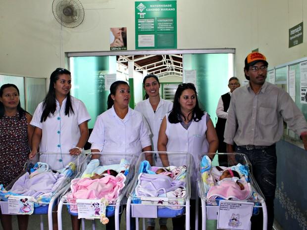 Quadrigêmeas indígenas recebem alta de maternidade em Campo Grande MS (Foto: Tatiane Queiroz/G1 MS)