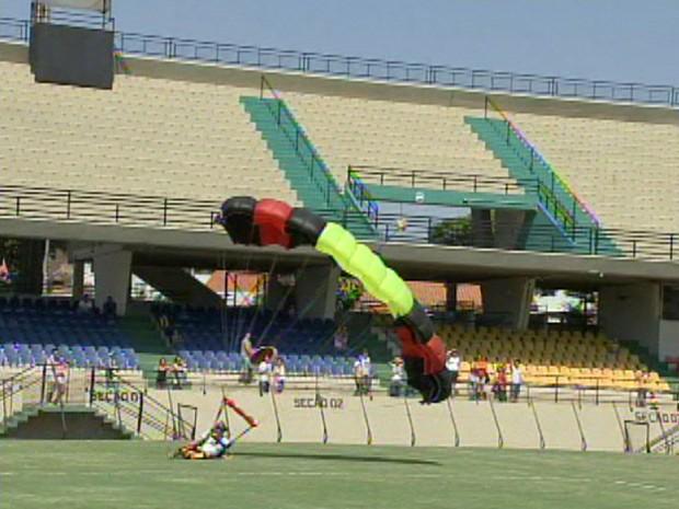 Paraquedista chocou-se contra o solo (Foto: Reprodução/TV Tem)