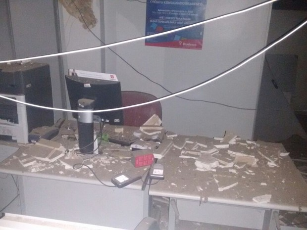 Após explosão criminosa, prédio ficopu parcialmente destruído (Foto: Divulgação/Polícia)