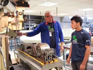 Curso de mecânica de manutenção industrial é ministrado em oficina instalada dentro da embarcação (Foto: Heider Betcel/Senai)