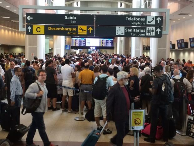 Atrasos causaram tumulto no saguão do aeroporto Santos Dumont (Foto: Eduardo Vallim / G1)
