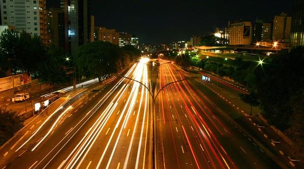 Avenida em São Paulo. Você imaginaria uma cidade sem carros particulares? (Foto: Silvio Tanaka/Wikimedia Commons)