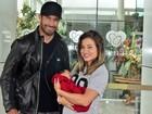 Aryane Steinkopf e Beto Malfacini deixam a maternidade com Aarão
