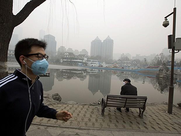 Homem faz exercício de máscara para se proteger da poluição em Pequim, na China. (Foto: Ng Han Guan/AP)