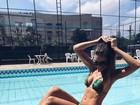 Flávia Viana posa de biquíni na beira da piscina e mostra corpo sequinho