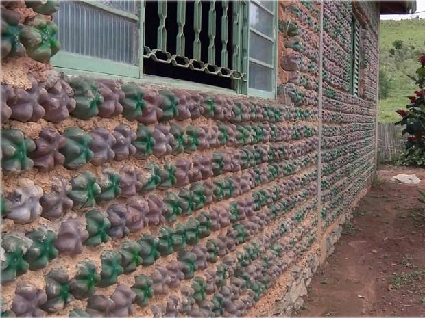 Pedreiro de Extrema usou garrafas pet em estrutura de casa sustentável (Foto: Edson de Oliveira / EPTV)