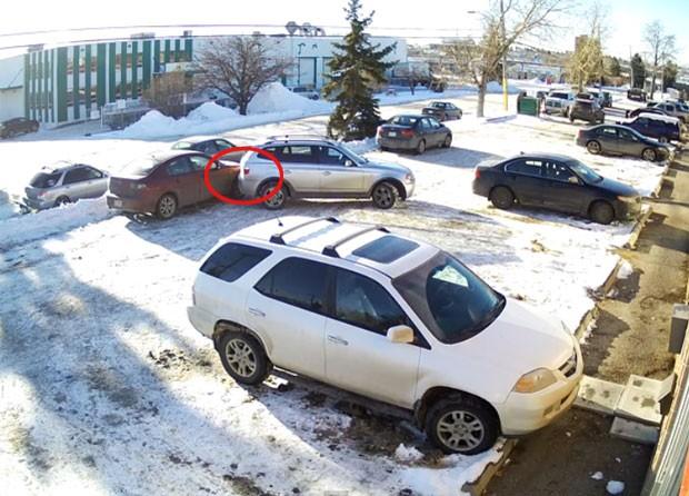 Condutora teve dificuldades para sair de estacionamento quase vazio (Foto: Reprodução/YouTube/Kidzidzi Kidzidzi)