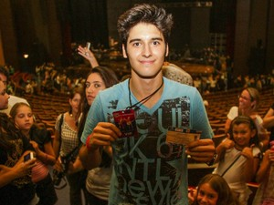 Fã que subiu ao palco foi assediado por outras pessoas após o show dos Jonas Brothers (Foto: Joka Madruga/G1)