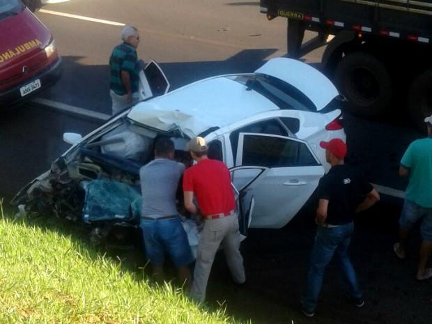 Motorista morreu após bater carro contra caminhão na rodovia PR-444, entre Arapongas e Mandaguari, nesta sexta-feira (17) (Foto: Portal Agora/Divulgação)