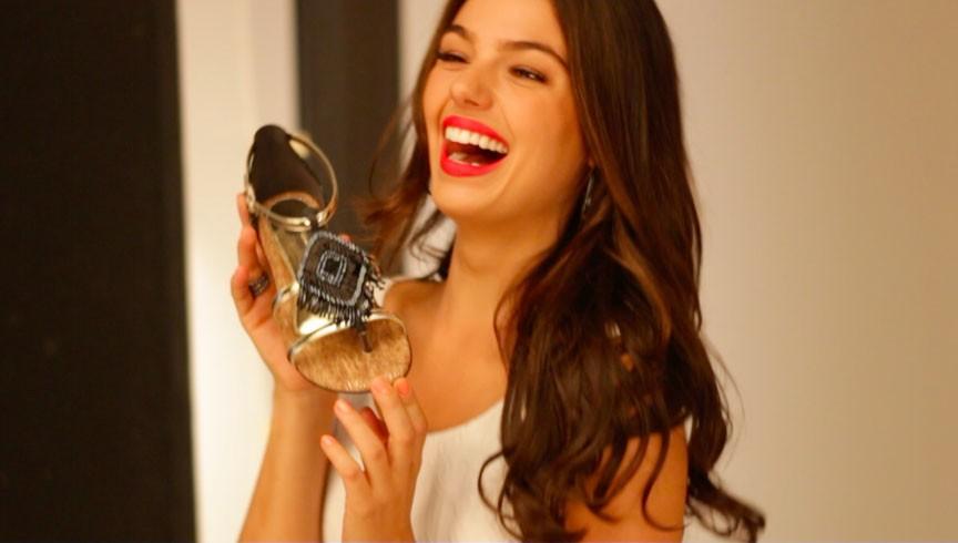 Isis Valverde fotografa para marca de sapatos