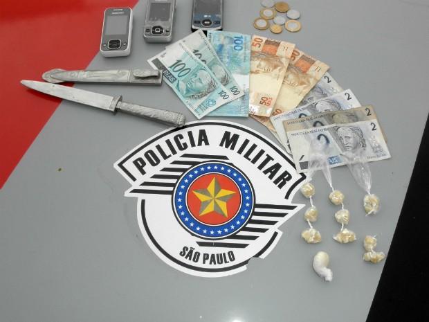 Polícia apreendeu porções de crack, dinheiro, celulares e uma faca. (Foto: Milton Komnicki/Divulgação)