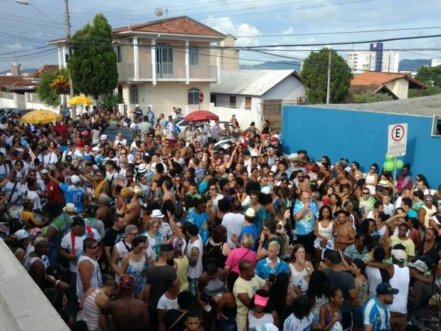 Coloninha comemora a vitória na sede da escola (Foto: Edsoul Amaral/RBS TV)