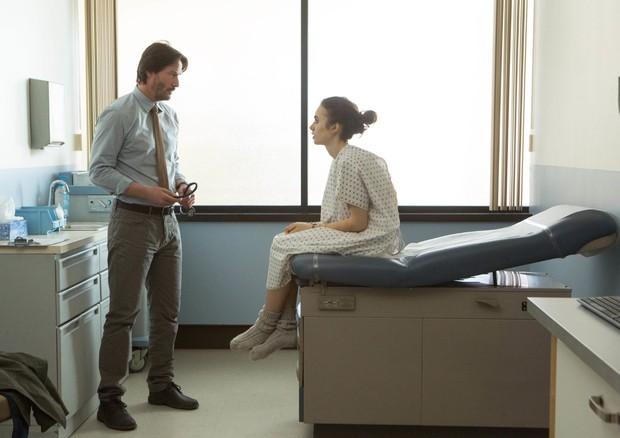 """Cena de 'To The Bone"""", onde Lily Collins atua com Keanu Reeves (Foto: Reprodução)"""