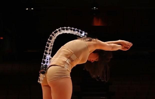 Prótese criada em impressora 3D é instrumento musical em corpo de dançarino (Foto: Divulgação)