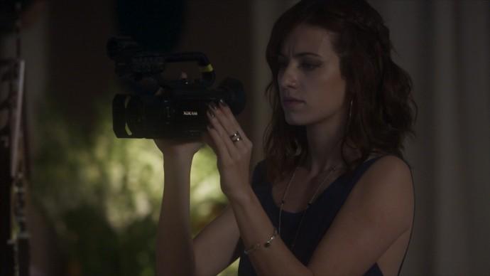 Ana Luiza filma Fausto com Suzana no escritório (Foto: TV Globo)