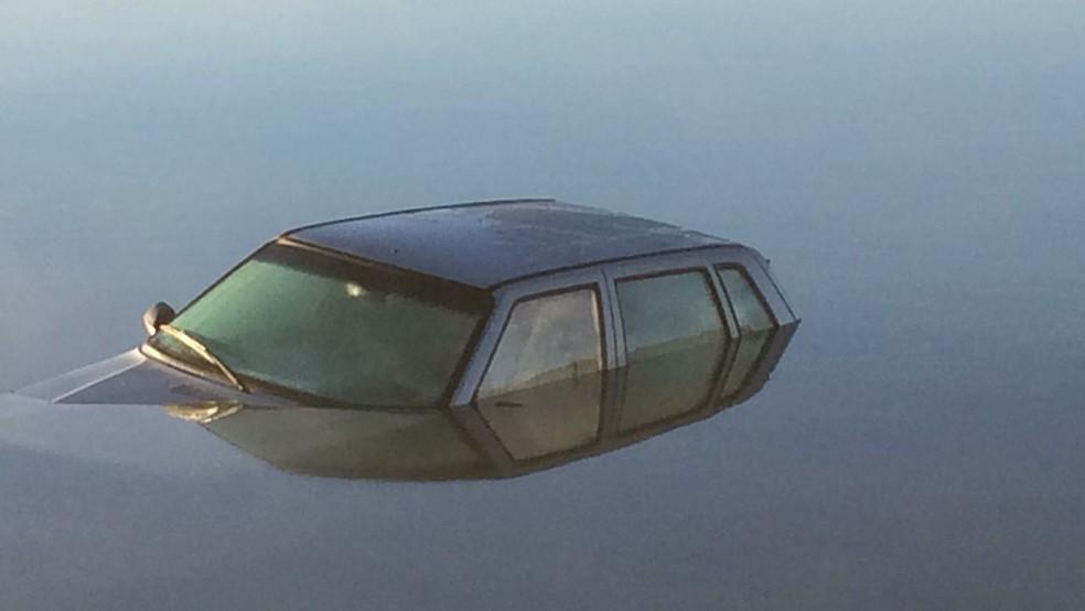 Carro 'mergulhado' em lago de Brazlândia (Foto: Lucrécia Almeida/Arquivo Pessoal)