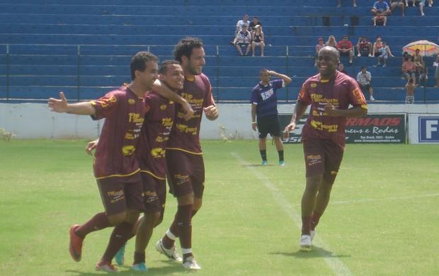 Alan Patrick comemora gol em amistoso beneficente em Catanduva (Foto: Marcos Lavezo/Globoesporte.com)