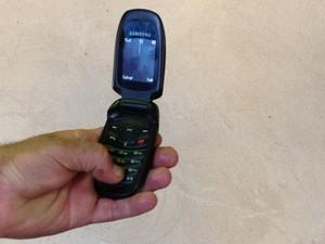 Acorrentado a moto usou celular encontrado em mochila para acionar a polícia, em Rubiataba, Goiás (Foto: Luísa Gomes/G1)