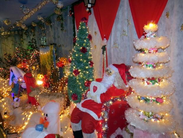 Enfeites natalinos foram colocados em área de comerciante em São Pedro (Foto: Fernanda Zanetti/G1)